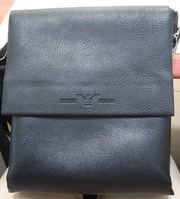 Черная сумка Армани в отличном состоянии. Практически новая.
